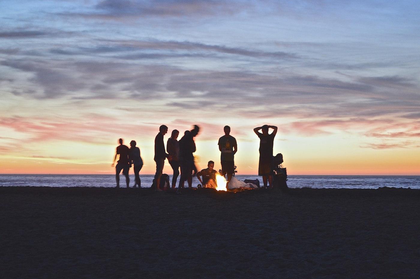 evenement soiree groupe sur la plage feu de camp