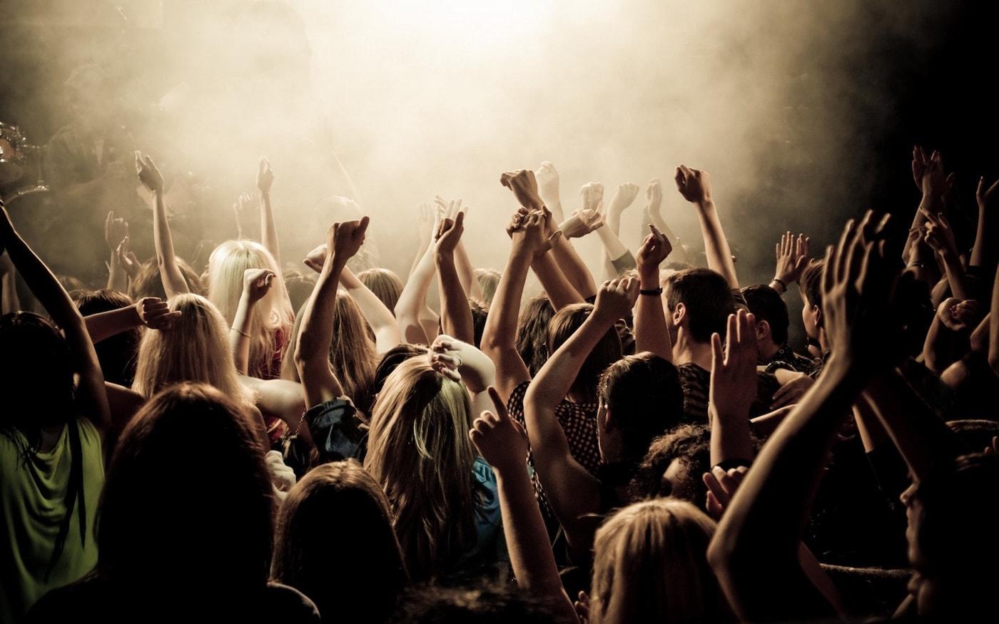 evenement soiree foule mise en lumière sonorisation